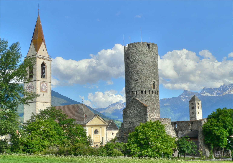 Pfarrkirche_'Maria_Himmelfahrt',_Fröhlichsturm_und_Johannesturm_in_MALS